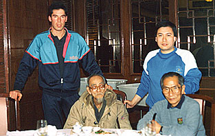 Jan 1989 James Sinclair and Grandmaster Ip Chun enjoy a meal together with an old gentleman who claimed he met the Famous Wing Chun teacher Dr Leung Jan.